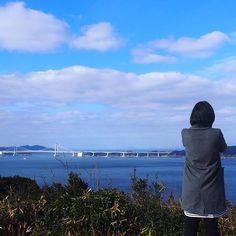 【natsumising】さんのInstagramをピンしています。 《海〜!!!私の癒しです♡ ☆*:.。. o(≧▽≦)o .。.:*☆ * 空も海も大鳴門橋もキレイ☆ * 携帯で景色を撮影してる私をカメラで撮られてましたf^_^; * やっぱりカメラの方がキレイに撮れてました(๑˃̵ᴗ˂̵)b✨ * 写真は双子ちゃん卒乳後5㌔太って、たくましく成長した私の背中ですヽ( ̄д ̄;)ノ=3=3=3 * * * * * #海#空#雲#大鳴門橋#吊り橋 #淡路島旅行#淡路島#旅行#家族旅行#景色#後ろ姿#淡路#家族#3歳#1歳#双子#ふたご#ツインズ#ツインガールズ#三姉妹#3姉妹#親バカ部#親バカ#コズレ#ママリ#ママコーデ#ママファッション#チェスターコート#mamanoko#ig_kids_osaka》