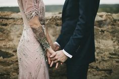 Noiva com a tatuagem aparecendo, vestido cor de rosa com bordados Jenny Packhan, casamento ao ar livre. De tirar o fôlego! Ao entardecer | Paperland & Co.