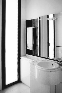 SEGNI GRAFICI ESSENZIALI per questo bagno in bianco e nero. Progetto www.gariselliassociati.it