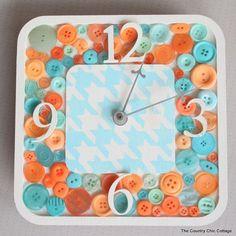 """<p>Decora tu sala de estar o tu cocina con este original reloj ofrecido por el blog <em><u><a rel=""""nofollow"""" href=""""http://www.thecountrychiccottage.net/diy-button-clock/"""">The Country Chic Cottage</a></u></em>. Mirar la hora nunca fue tan divertido. – Foto: <a rel=""""nofollow"""" href=""""http://www.thecountrychiccottage.net/diy-button-clock/"""">thecountrychiccottage.net</a> </p>"""