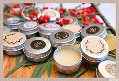 Ein Lippenbalsam zum Selbermachen schnell gemacht & besteht aus nur 2 Inhaltsstoffen. Tolles DIY Kosmetik Rezept mit Bienenwachs & Kokosöl. DIY Geschenkidee