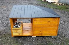 There are many houses with the pets as people love to make them a part of their family, dogs are the most lovable pets and they are loyal than other pets too. Wood Dog House, Pallet Dog House, Pallet Dog Beds, Wooden Pallet Projects, Wood Pallet Furniture, Cat Furniture, Pallet Ideas, Furniture Ideas, Old Pallets
