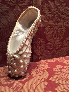 Marchesa regal beads and pearl embellished ballet slipper. Museum Worthy Ballet Slippers in ABT's Anniversary Exhibition Curated by Hamish Bowles. Pointe Shoes, Toe Shoes, Ballet Shoes, Dance Shoes, Ballet Dancers, Tutu Costumes, Ballet Costumes, Ballet Beautiful, Beautiful Shoes