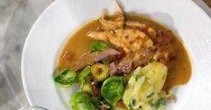 Helstekt kalkon med gräddsky, olivpotatis och råstekt brysselkål Salsa Verde