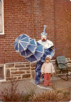 or does this clown look like the serial killer John Wayne Gacy? Creepy Pictures, Funny Pictures, Horror Pictures, Funny Pics, Hilarious, Send In The Clowns, Clowning Around, Evil Clowns, Creepy Clown