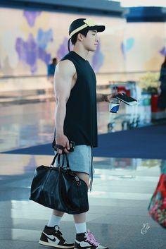 "oh lord… his arms O.O fucking cute ass with his bebegom ""Credit: JueyoWonho "" Monsta X Wonho, Shownu, Kihyun, Wonho Abs, Won Ho, Black Ripped Jeans, Starship Entertainment, Handsome Boys, Hoseok"