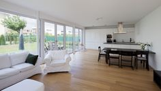 Haus W. - offenes Wohnen - Küche / Essen / Wohnen - mit großer Fensterfront - stkn architekten