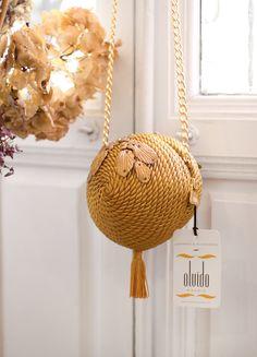 ● Bolso de fiesta hecho en cordón de seda | Modelo Bombón dorado | Diseños OLVIDO MADRID | www.olvidomadrid.es