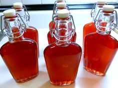 Homemade cranberry liqueur - start at least 3 weeks before Christmas. Cookbook Recipes, Cooking Recipes, Cocktail Recipes, Cocktails, Chocolate Fudge Frosting, Champagne Brunch, Alcohol Drink Recipes, Homemade Pie, Home