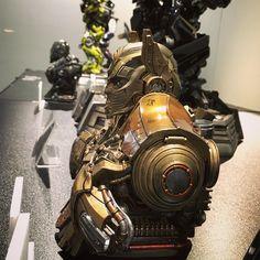 ☆ 大きいスタチューは置くところがないけど、これくらいだったら置けるのよね。部分的でちょっと怖いし、金ピカの仏像みたいに見えてくるけどw 顔はすっごい良く出来てる💕 うーん、うーん、悩むっ💦とりあえず欲しいものリストに入れておこう💘 ☆ #transformers #optimusprime #prime1studio #statue #トランスフォーマー #オプティマスプライム #有楽町マルイ #プライム1スタジオ