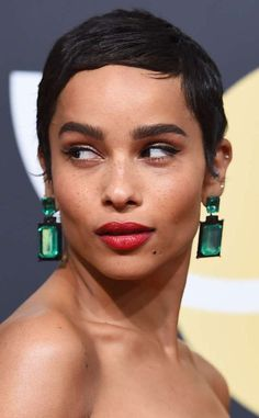 The Big Little Lies actress' emerald-green drop earring took us back to the 2009 Oscars, when Angelina Jolie wore a similar stunning pair. However, Zoe modernized the look with more streamlined rectangular shapes. Zoe Kravitz, Zoe Isabella Kravitz, Lob Hairstyle, Pixie Hairstyles, Cool Hairstyles, Glam Makeup, Hair Makeup, Short Hair Styles, Natural Hair Styles