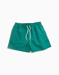 Calções de banho estampados com cordão de ajuste na cintura, bolsos laterais e bolso atrás com pala. Interior forrado em mesh. Inclui bolsa para guardar os