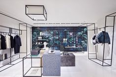 Para reforçar a imagem de uma das marcas mais inovadoras e influentes do universo do luxo, a Chanel continua inovando e influenciando os amantes da moda com tendências e novidades. A casa de moda de luxo francesa inaugurou, em Roma, uma nova loja temporária. Localizada na Via del Babuino, a poucos metros da Escadaria de …