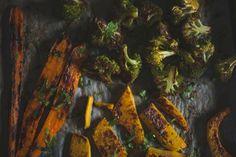 Poner las zanahorias, el brócoli y la calabaza en una bandeja de horno cubierta de papel de hornear. Añadir el aceite, la mitad del jugo de lima, el curry en polvo, sal y una bastante pimienta negra recién molida. Mezclar bien y asar durante 15-20 minutos a 180 grados o hasta que las verduras tengan un color marrón dorado. Voltear las verduras una o dos veces durante el asado. Rociar con el zumo de lima restante y el cilantro fresco picado antes de servir.