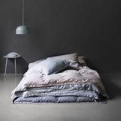Baumwollsatin, Spezialwäsche und skandinavische Farben der Good Norm Bettwäsche von Menu sorgen für einen noch tieferen und erholsameren Schlaf. Das Design der Bettwäsche hat zwei Seiten – eine einfarbige und eine mit feinem grafischen Muster und kleinen Details.