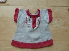 altes-Puppenkleidchen-teils-Handarbeit-um-1920