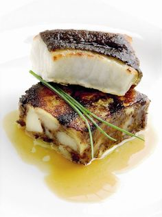 Lluerna al forn amb patates emmascarades i suc del rostit Bon Ap, Yummy Food, Tasty, Spanish Food, Molecular Gastronomy, Fish And Seafood, Food Styling, Sandwiches, Food And Drink