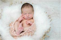Une jolie séance photo pour l'arrivée de bébé avec Amélie Soubrié, studio de photographie basé à Garches 92, spécialiste de la grossesse et du nouveau-né. www.instants-captures.fr
