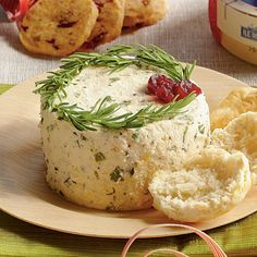 Fresh chives, parsley, and tarragon flavor this appetizer cheese spread that's made with feta and cream cheese. Garnish Herbed Cheese Spread with a wreath of fresh rosemary springs and dots of dried cranberries for a festive, holiday look. Christmas Friends, Christmas Food Gifts, Christmas Cheese, Christmas Blessings, Christmas Appetizers, Simple Christmas, Christmas Presents, Christmas Holidays, Tapas