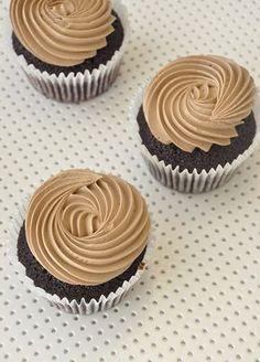 cupcakes with swiss meringue buttercream Chocolate Pie Recipes, Chocolate Fudge, Chocolate Cupcakes, Chocolate Peanut Butter, Chocolate Desserts, Baking Cupcakes, Yummy Cupcakes, Cupcake Bakery, Cupcake Cookies