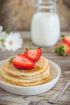I pancakes allo yogurt greco e albumi, perfetti per una colazione nutriente, si preparano con pochi ingredienti: albumi, yogurt greco e farina di avena.