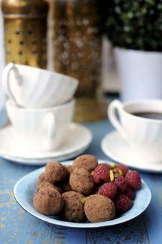 En hemgjord chokladtryffel med smak av hallon är lyxigt gott till kaffet.