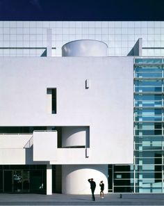 MACBA by Richard Meier - this façade is uncannily alike the south façade of the Soneveld Haus by Brinkman & Van der Vlugt, which I studied for my Modern House module.