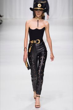The complete Versace Spring 2018 Ready-to-Wear fashion show now on Vogue Runway. Gianni Versace, Donatella Versace, Versace Versace, Fashion 2018, Fashion Week, Runway Fashion, High Fashion, Fashion Outfits, Fashion Trends