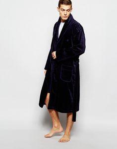 Bademantel von Ted Baker superweiche Baumwolle Schalkragen Logostickerei vorne offen Gürtel an der Taille Beuteltaschen lockerer Sitz Maschinenwäsche 100% Baumwolle Model trägt Größe M und ist 188 cm/6 Fuß 2 Zoll groß