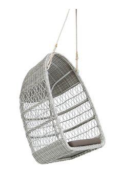 Sika-Design - Evelyn Hængestol - Hvid - Georgia Serien fra Sika Design er fremstillet af stærke vedligeholdelsesfri fibre vævet på en aluminiumsramme. Smart og flot udendørs hængestol i hvid, som skaber et hyggeligt og afslappende miljø. Der er masser af plads i hængestolen, så den kan både benyttes af børn og voksne, der ønsker den behagelige æggeformede hængestol. Nyd den hyggelige atmosfære, der breder sig i haven med Sikas design. Der medfølger hvid hynde.