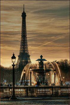 夕暮れ時のエッフェル塔のシルエットが美しい。フランス・パリにあるコンコルド広場です。