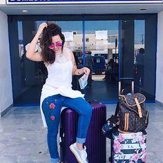 Fazendo a tumblr no aeroporto Pegamos um voo rapidinho de Athenas e já chegamos em Mykonos encantados com a arquitetura que mas parece um cenário de filme romântico, juro que quanto mais conheço a Grécia mais me identifico com a @korresbr , tudo é muito natural, cuidadoso e principalmente cheio de amor