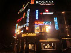 Corso Vittorio Emanuele a Conegliano illuminato dalle insegne pubblicitarie. Ricorda in piccolo Time Square... . Image from globemy.com