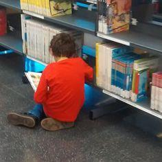 Fem moltes coses precioses a les biblioteques però  amb tot  la màgia lectora d'un infant  gaudint d'un Tresor no té preu! #lectura #libro #infantil #niños #aprender #leer
