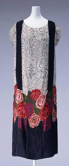 """ephemeral-elegance: """"Silk Crepe Dress with Rayon Fringe, ca. 1922 Textile designed by painter Raoul Dufy for textile manufacturer Bianchini-Ferrier Dress designed and created by Zimmermann """" 20s Fashion, Fashion History, Art Deco Fashion, Vintage Fashion, Fashion Design, Style Année 20, Style Retro, Crepe Dress, Silk Crepe"""