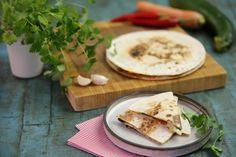 Ett bra sätt att få i sig grönsaker om man nu råkar ha svårt för dem är att servera dem mellan två frasiga bröd, i sällskap av smält ost. Quesadillas kan helt enkelt aldrig bli fel.