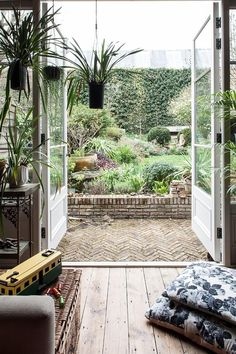 Flea market and bohemian atmosphere in London - HOME & GARDEN: Flea market and bohemian atmosphere in London - Shabby Chic Dining, Shabby Chic Pink, Shabby Chic Homes, Outdoor Spaces, Outdoor Living, Outdoor Decor, Porches, Go Outside, Cottage Style