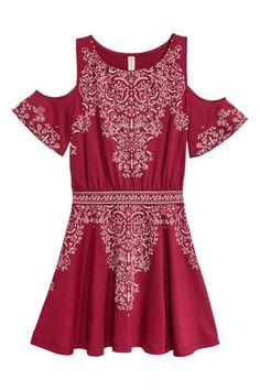Платье с открытыми плечами: Короткое платье из крепового трикотажа с набивным рисунком. На платье короткие рукава и вырезы на плечах. Отрезная талия, юбка слегка расклешена.