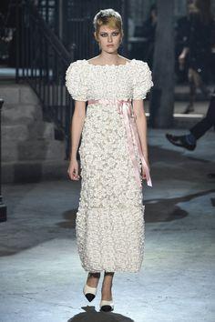 Pin for Later: Chanel Se Tourne Vers Son Côté Sombre Pour le Défilé Métiers D'art Chanel Métiers D'art 2015