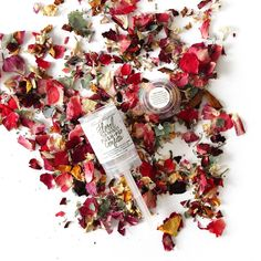 Dazzle the world in confetti with this push-pop... while still being eco-friendly and sustainable! To launch the gently fragrant confetti, take the lid off and hit the stick on the middle of your palm