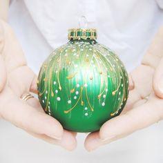 Cet boule scintillant va ajouter une touche joyeuse et festive à votre arbre de Noël! Chacun de ces ornements est peint à la main, donc chaque pièce est unique. La boule est emballé dans une...