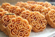 "More Chinese New Year cookies! Beehive cookies, honeycomb cookies, kuih loyang, kuih rose or we call it ""kueh lobang"" (in Hokkien) even. Chinese New Year Desserts, Chinese New Year Cookies, New Years Cookies, Asian Desserts, Chinese Food, Chinese Cake, Beignets, Dessert Dishes, Dessert Recipes"