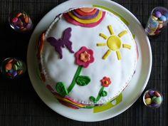Mon gâteau Arc En Ciel ou rainbow cake, décor en pâte à sucre.