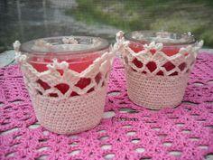 Gratis patronen: Omgehaakte geurkaarsen Crochet Home, Crochet Motif, Crochet Designs, Crochet Flowers, Knit Crochet, Crochet Patterns, Small Crochet Gifts, Crochet Jar Covers, Jar Crafts