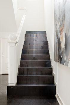 3 manieren om een ruimte optimaal te benutten | vtwonen Stairs Tiles Design, Tile Design, Stair Slide, Stair Renovation, Steel Stairs, Basement Stairs, Stair Storage, Basement Remodeling, Custom Homes