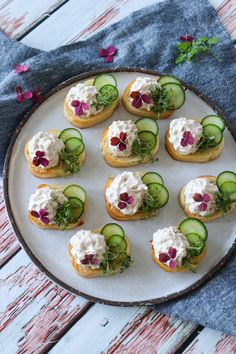 Easy Snaps With Tuna Mousse And Cucumber - Delicious Snack- Nemme Hapsere Med Tunmousse Og Agurk – Lækker Snack Easy Snaps With Tuna Mousse And Cucumber – Delicious Snack - Canapes Recipes, Raw Food Recipes, Gourmet Recipes, Appetizer Recipes, Appetizers, Easy Snacks, Yummy Snacks, Yummy Food, Easy Salmon Recipes