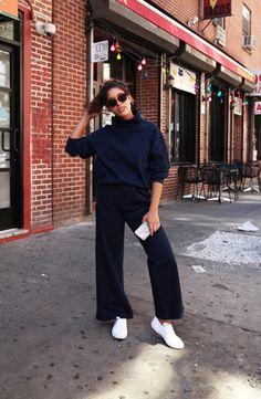 Christina Caradona usa look monocromático com calça fluida e turtleneck.