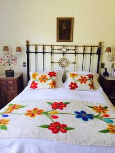 Boho Style Furniture And Home Decor Ideas - Vintage Decor Bed Sheet Painting Design, Fabric Painting, Hand Embroidery Flowers, Flower Embroidery Designs, Draps Design, Designer Bed Sheets, Bed Scarf, Mexican Embroidery, Embroidery Techniques