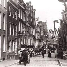 De Nieuwe Spiegelstraat is vernoemd naar de invloedrijke familie Spieghel. Hendrik Laurenszn. (1549-1612) was een van de belangrijkste Amsterdamse filosofen en schrijvers/dichters en de grote voorloper van Vondel en Hooft. Zijn zus, Mary Laurensdr, stichtte in 1628 het Amsterdamse Maagdenhuis Hendrick Dircksz Spiegel (1598-1667) was Burgemeester van Amsterdam.