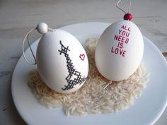 """Ein paar echte Enteneier sagen """"All you need is love"""".    Eines der Eier ist mit Nadel und Faden im Kreuzstich bestickt worden (DAWANDA: achtfünfzehn)"""